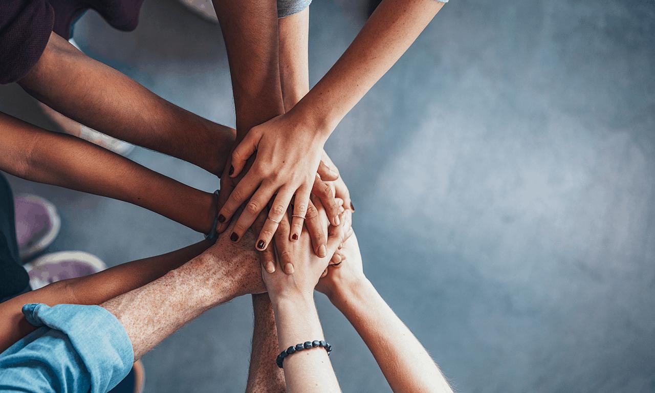groep mensen houden de handen op elkaar